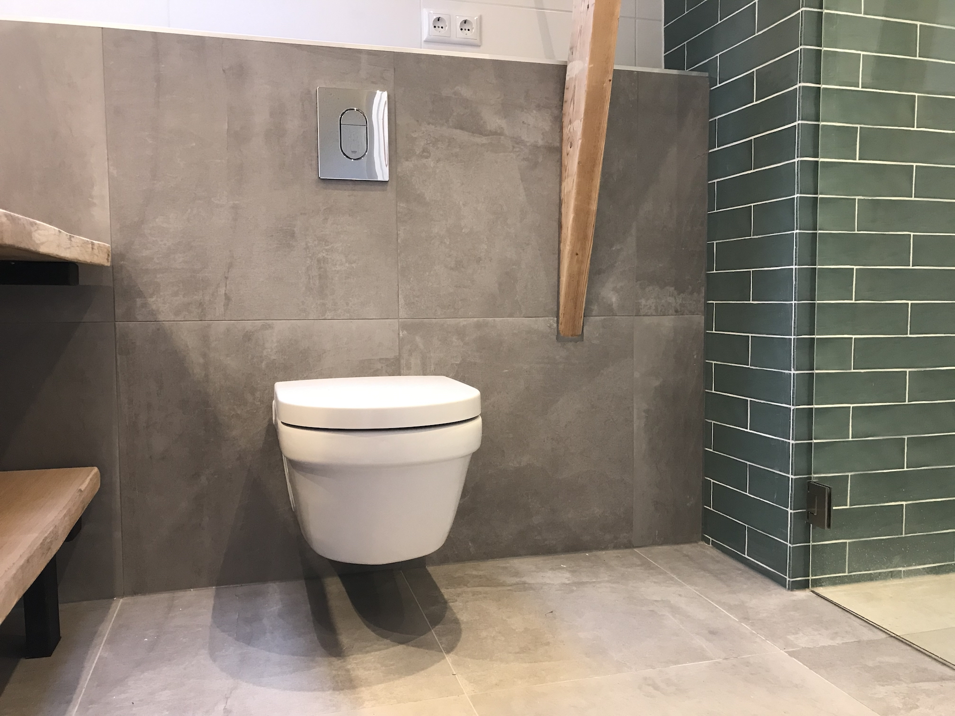 Hangtoilet sanitair tegelwerk - Home Repair - Timmerwerk en onderhoud 02